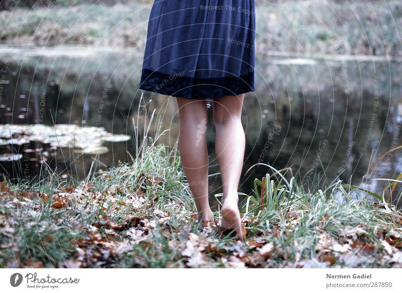 Naturverbundenheit Haut Leben Wohlgefühl Erholung ruhig Mensch feminin Junge Frau Jugendliche Erwachsene Beine Fuß 1 18-30 Jahre Wasser Seeufer Teich Rock
