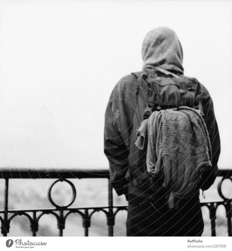 Paris IV Mensch Jugendliche Erwachsene Junger Mann 18-30 Jahre Rücken maskulin beobachten Aussicht Geländer Jacke Pullover Kapuze Rucksack Kapuzenpullover