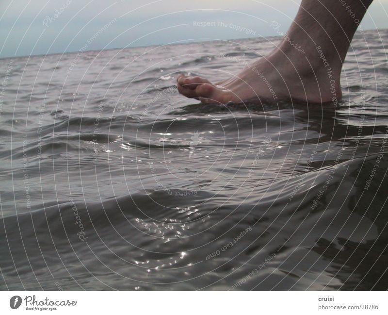 Der über's Wasser latschte Meer Fuß Wellen Ostsee Zehen Fußknöchel