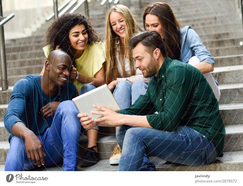 Multiethnische Gruppe junger Menschen, die sich einen Tablet-Computer ansehen. Lifestyle Freude Glück schön feminin Junge Frau Jugendliche Erwachsene Mann