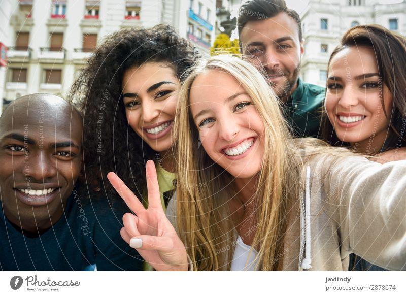 Multirassische Gruppe von jungen Menschen, die sich selbst versorgen. Lifestyle Freude Glück schön Freizeit & Hobby Ferien & Urlaub & Reisen PDA Fotokamera