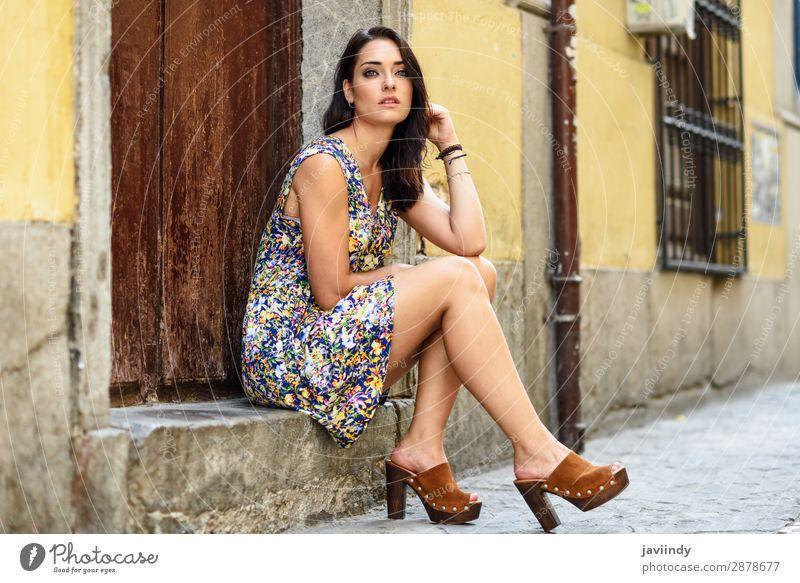 Wunderschöne junge Frau mit blauen Augen, die auf einer städtischen Stufe sitzt. Lifestyle Stil Haare & Frisuren Sommer Mensch feminin Junge Frau Jugendliche