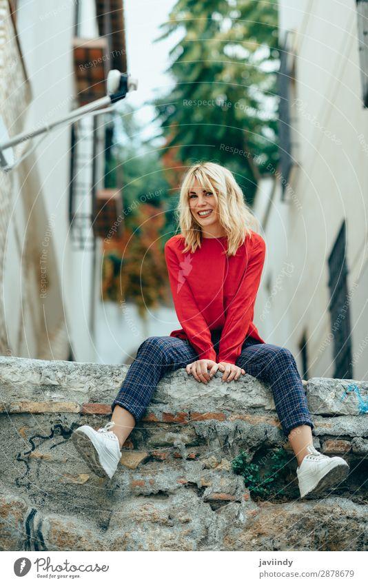 Frau Mensch Jugendliche Junge Frau schön weiß rot Freude 18-30 Jahre Straße Lifestyle Erwachsene Herbst feminin Gefühle lachen