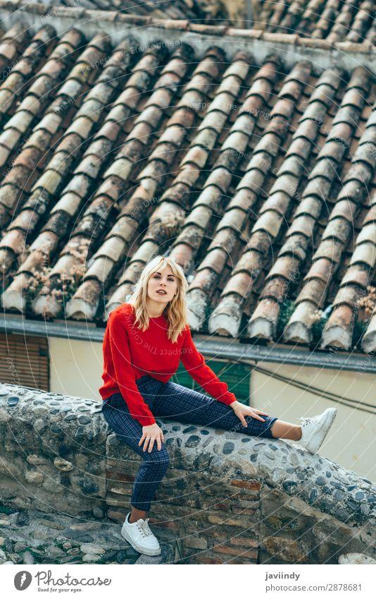 Eine Frau, die in der Nähe schöner Dächer von charmanten alten Häusern sitzt. Lifestyle Stil Haare & Frisuren Mensch feminin Junge Frau Jugendliche Erwachsene 1
