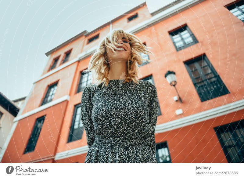 Frau Mensch Jugendliche Junge Frau Sommer schön weiß 18-30 Jahre Straße Lifestyle Erwachsene Herbst feminin Gefühle Glück Stil