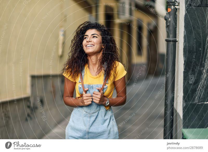 Junge nordafrikanische Frau mit schwarzer lockiger Frisur im Freien. Lifestyle Stil Glück schön Haare & Frisuren Gesicht Tourismus Mensch feminin Junge Frau