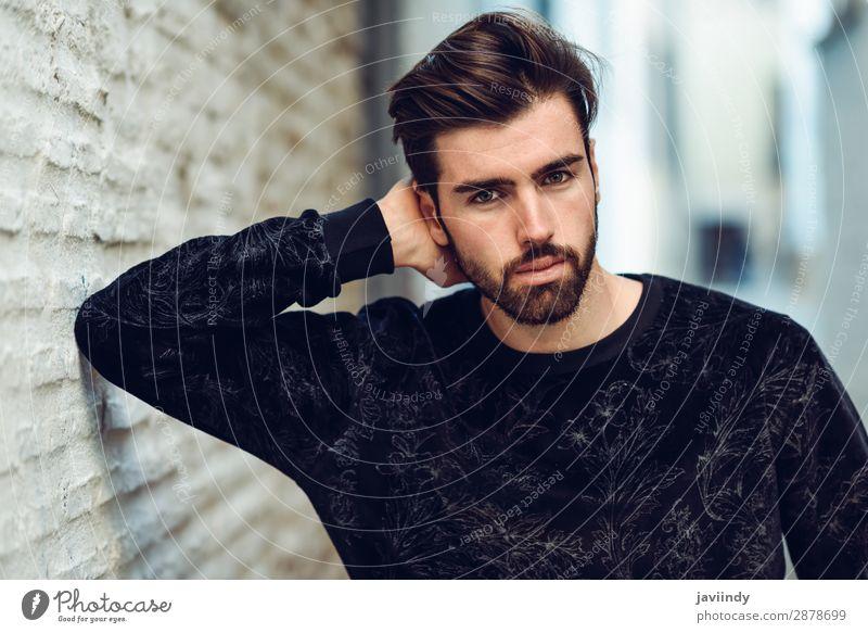 Junger Mann im urbanen Hintergrund, der Freizeitkleidung trägt. Lifestyle Stil schön Haare & Frisuren Mensch maskulin Jugendliche Erwachsene 1 18-30 Jahre