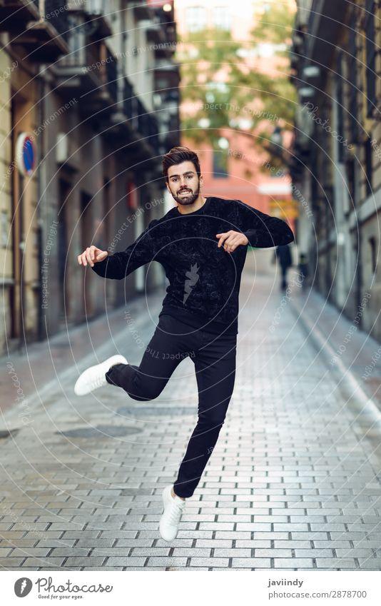 Junger Mann springt in den urbanen Hintergrund Lifestyle Stil Freude Glück schön Haare & Frisuren Feste & Feiern Erfolg Mensch maskulin Jugendliche Erwachsene 1