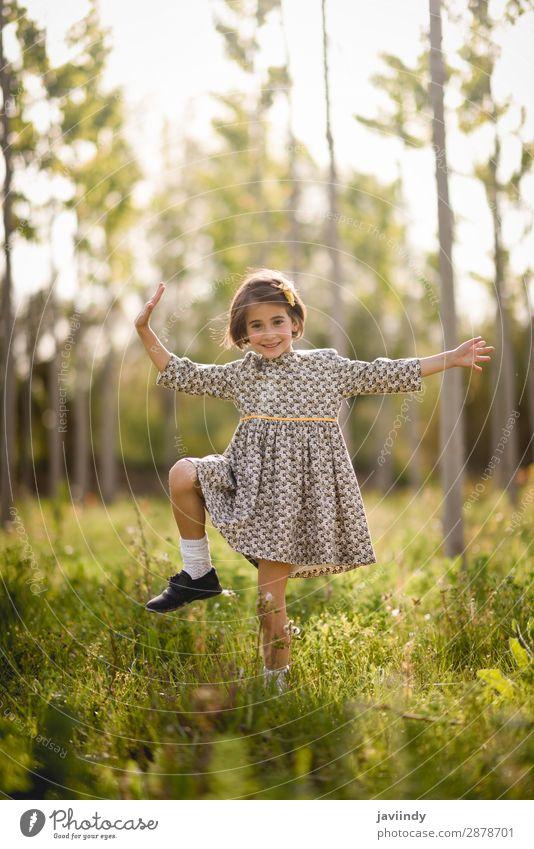 Kleines Mädchen im Naturfeld mit schönem Kleid Lifestyle Freude Glück Spielen Sommer Kind Mensch Baby Frau Erwachsene Kindheit 1 3-8 Jahre Blume Gras Wiese Mode