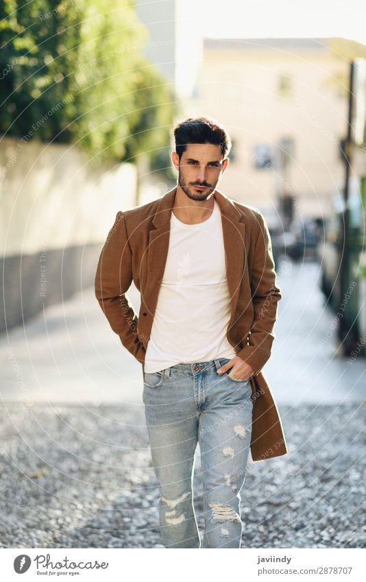 Junger Mann in Winterkleidung auf der Straße. Lifestyle elegant Stil schön Haare & Frisuren Mensch maskulin Jugendliche Erwachsene 1 18-30 Jahre Herbst Mode