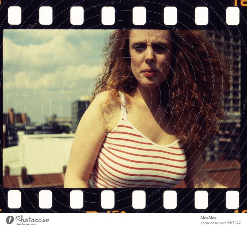 Sommer 2D Jugendliche schön Stadt rot Wolken 18-30 Jahre Erwachsene Erotik Haare & Frisuren Freiheit Kopf Stimmung Körper Hochhaus groß frei