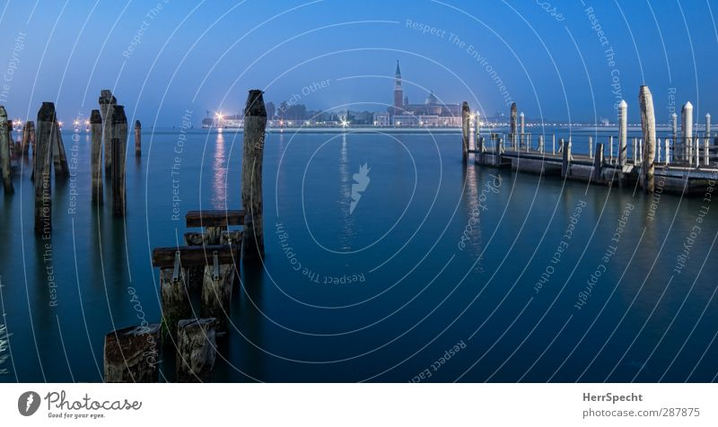 Santa Maria Maggiore zur Blauen Stunde Küste Meer Adria Venedig Hafenstadt Kirche Gebäude Sehenswürdigkeit Wahrzeichen Schifffahrt ästhetisch Bekanntheit dunkel