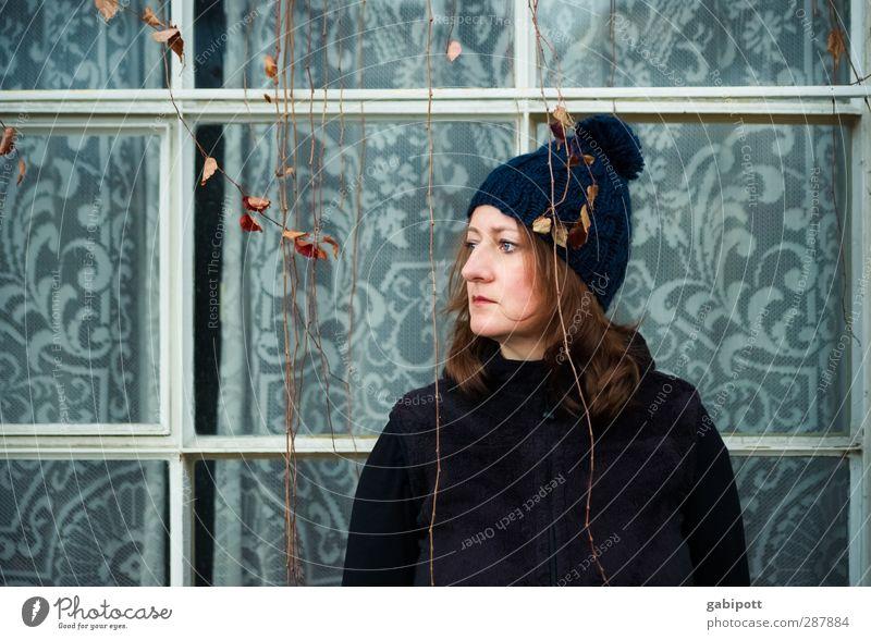 don't look back in anger Mensch Frau blau Einsamkeit Erwachsene Fenster Leben feminin Gefühle Traurigkeit Stil Stimmung Fassade Lifestyle beobachten einzigartig