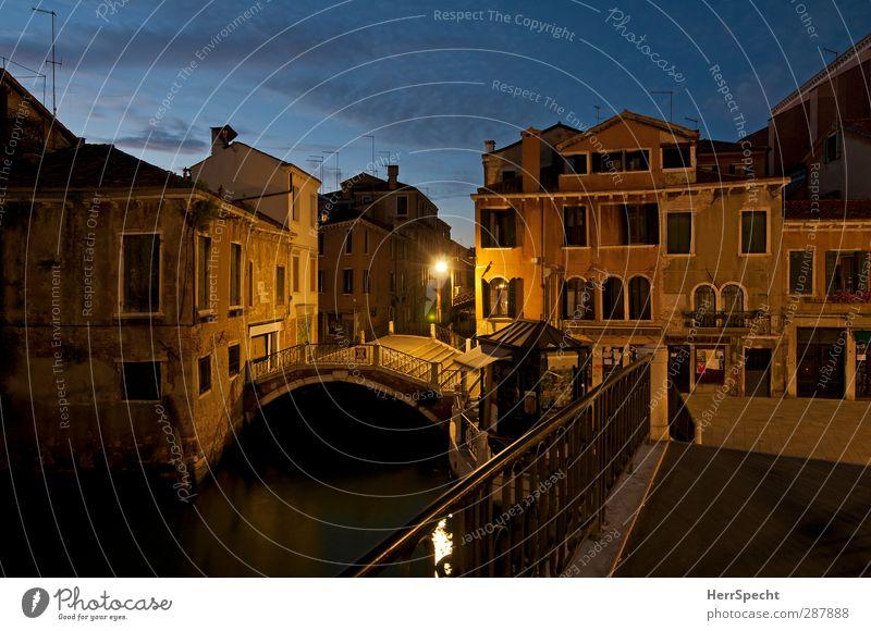 Blaue Stunde in Dorsoduro Himmel schön Wolken Haus Gebäude Treppe Idylle Schönes Wetter ästhetisch Brücke Romantik Italien Bauwerk Laterne Abenddämmerung