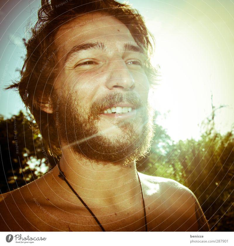 Einsiedler Mann Mensch Junger Mann Gegenlicht Bart Vollbart Sonne Sonnenlicht lachen Lächeln Freude Natur Sommer sommerlich Erotik attraktiv Europäer