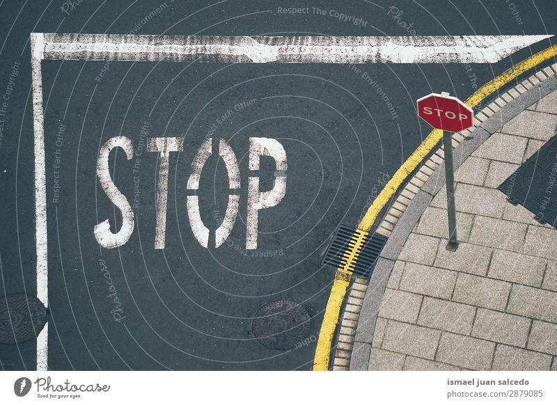 Ampel auf der Straße Verkehrsgebot Signal Ermahnung Großstadt Verkehrszeichen Verkehrsschild Zeichen Symbole & Metaphern Wegrand Wellenlinie Vorsicht Beratung