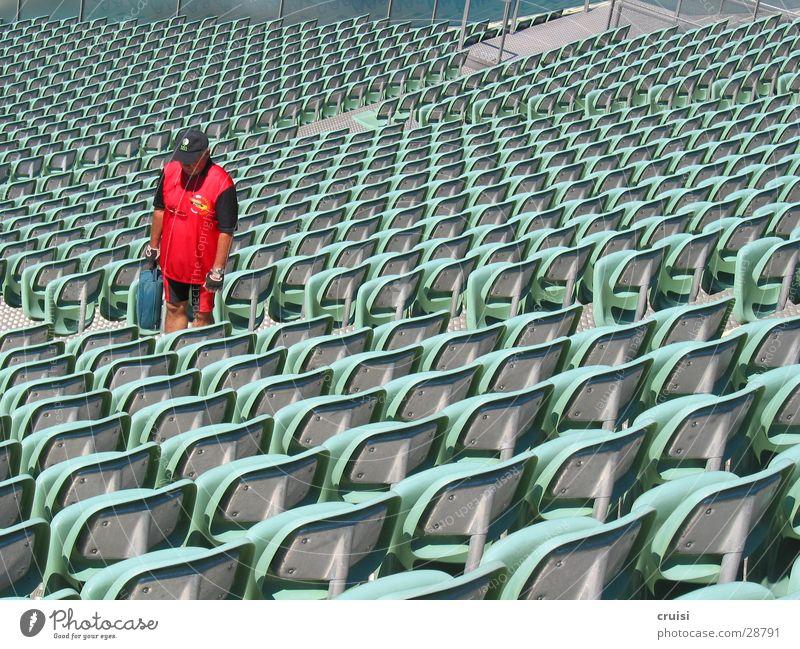 roter Stuhlgang Stadion leer Einsamkeit ruhig Hausmeister Sportstätten Bühne Open Air Sitzgelegenheit Freilichtbühne Theater