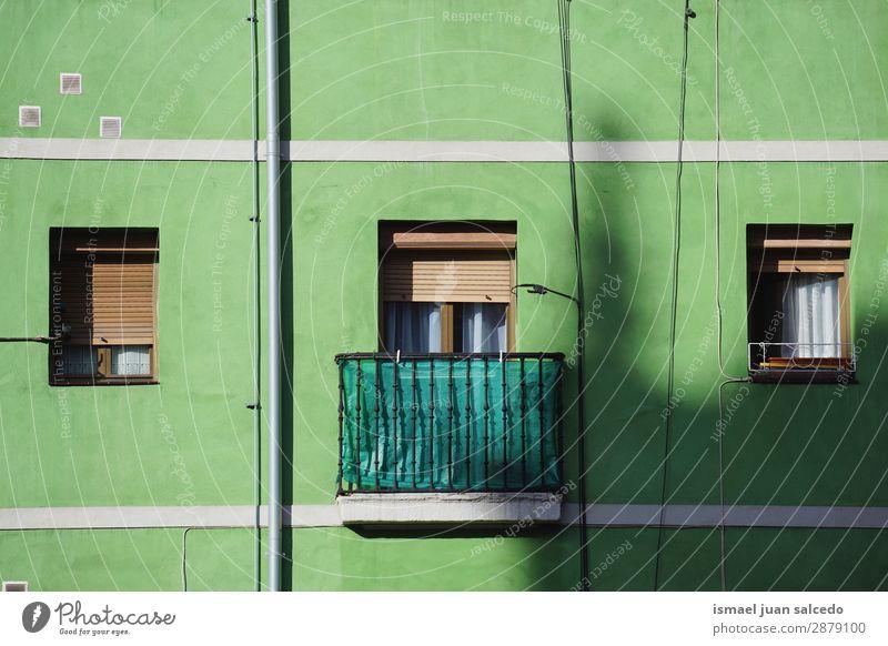 Fenster im Gewächshaus grün Fassade Gebäude Balkon Haus heimwärts Straße Großstadt Außenaufnahme Farbe mehrfarbig Strukturen & Formen Architektur Konstruktion