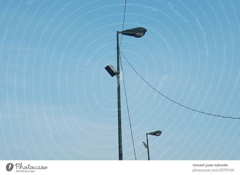 Straßenbeleuchtung in der Stadt Peitschenlaterne Laternenpfahl Lampe Beleuchtung Illumination Großstadt Metall Objektfotografie Außenaufnahme Hintergrund alt