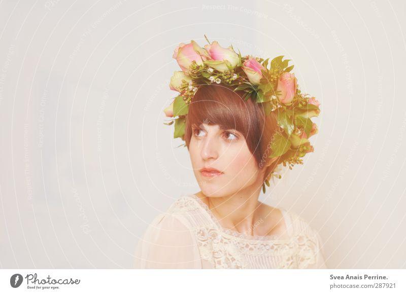 . feminin Haare & Frisuren Gesicht 1 Mensch 18-30 Jahre Jugendliche Erwachsene Blume Rose Blatt Blüte Rosenkranz Blumenkranz Mode Accessoire Schmuck