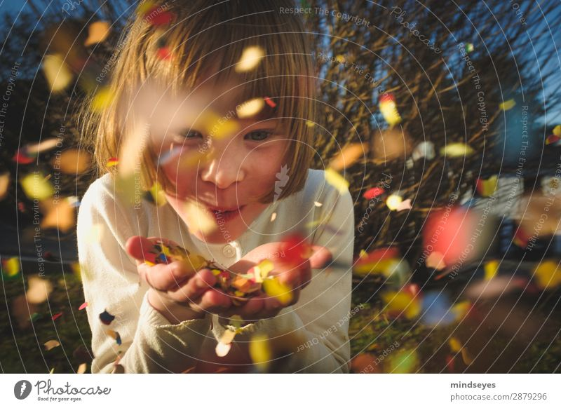 Kleines Mädchen pustet Konfetti in die Kamera Karneval Kindheit 1 Mensch 3-8 Jahre Sträucher Garten blond Feste & Feiern Lächeln Spielen Fröhlichkeit lustig