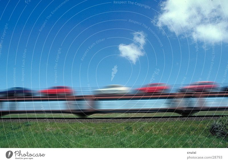 Huckepackautos Sylt Eisenbahn Autozug grün Verkehr Geschwindigkeit Unschärfe Wolken Himmel blau PKW