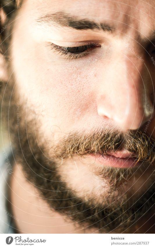 zottelbart Porträt Mann Bart Vollbart Nahaufnahme Europäer Kaukasier Oberlippenbart Gesicht weiß Blick nach unten Junger Mann attraktiv schön alternativ Rocker