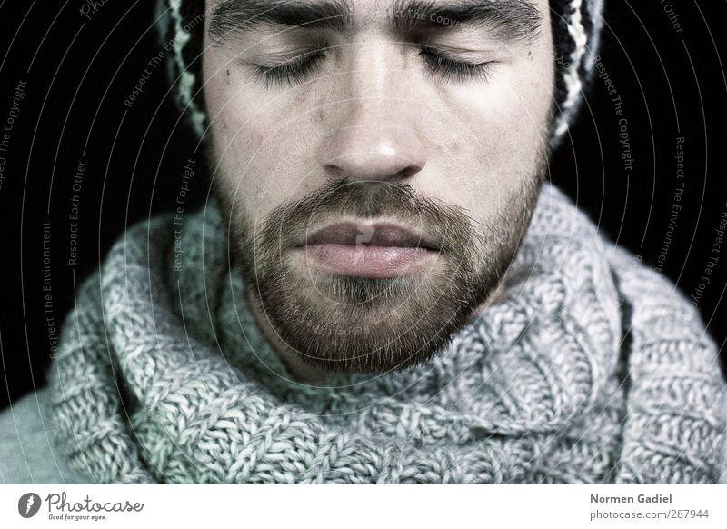 ein Gedanke maskulin Junger Mann Jugendliche Kopf Bart 1 Mensch 18-30 Jahre Erwachsene Schal Mütze brünett Vollbart Denken träumen Traurigkeit kalt grau schwarz