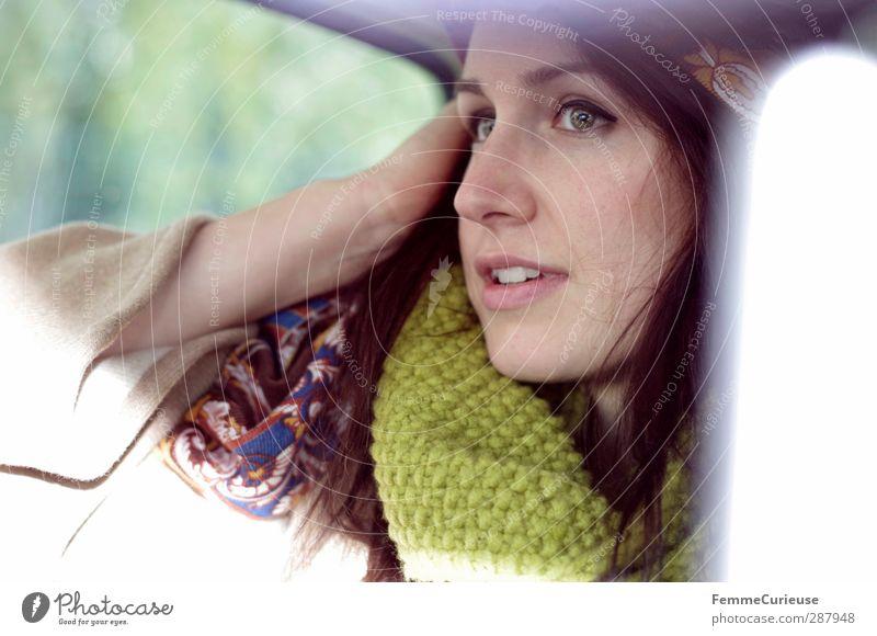 Sonntagsausflug. Mensch Frau Jugendliche grün schön Erwachsene Junge Frau feminin Kopf Stil 18-30 Jahre Mode PKW träumen Arme warten