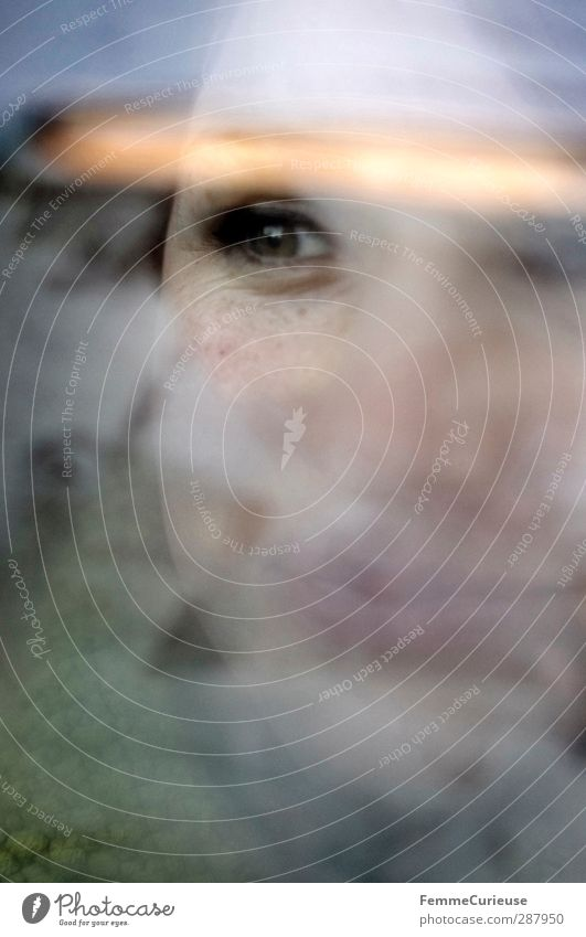 Angehaucht II. feminin Junge Frau Jugendliche Erwachsene Kopf Gesicht Auge 1 Mensch 18-30 Jahre Zufriedenheit hauchen kondensieren Reinigen Fensterscheibe