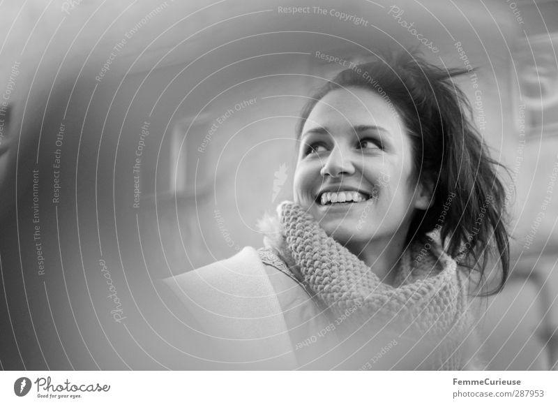 Erwischt! :-) Mensch Frau Jugendliche schön Stadt weiß Freude Erholung Erwachsene Junge Frau Fenster feminin 18-30 Jahre Freizeit & Hobby Erfolg Lächeln