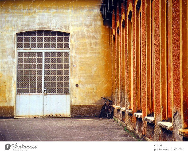 Firmentor Italien Gardasee Lagerhalle Physik mehrfarbig Warme Farbe Europa Tor Unternehmen Wärme Architektur