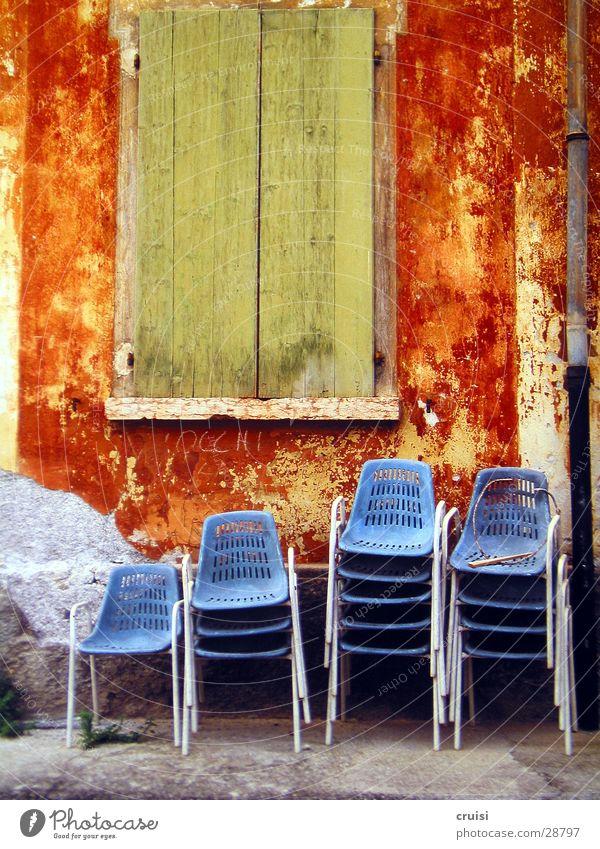 blaue Stühle grün Sommer Ferien & Urlaub & Reisen Fenster Stimmung orange Architektur Stuhl Sommerurlaub Fensterladen