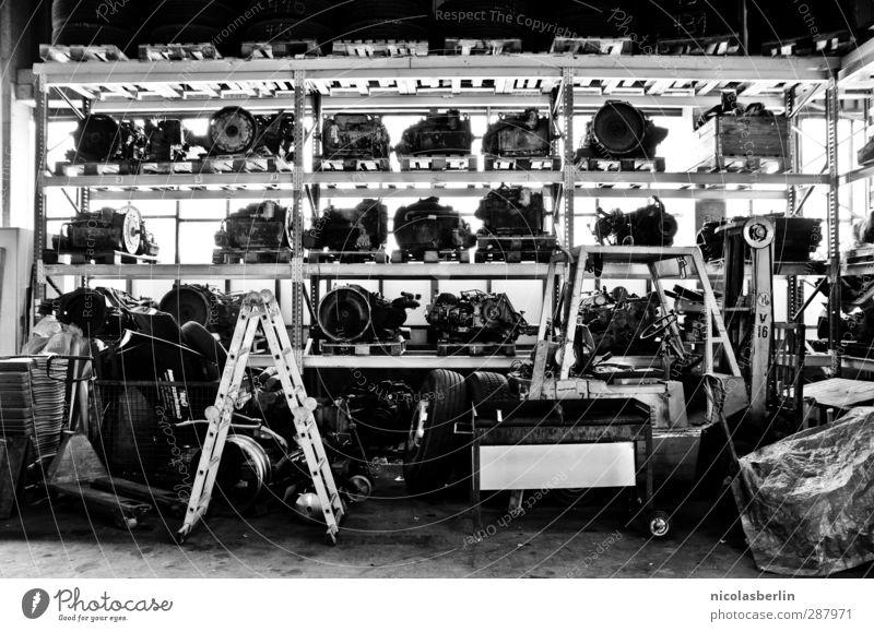 Motorshop dunkel schwarz Arbeit & Erwerbstätigkeit Ordnung dreckig Kraft Technik & Technologie Fabrik chaotisch Dienstleistungsgewerbe Werkstatt Kontrolle Teamwork Werkzeug Leiter anstrengen