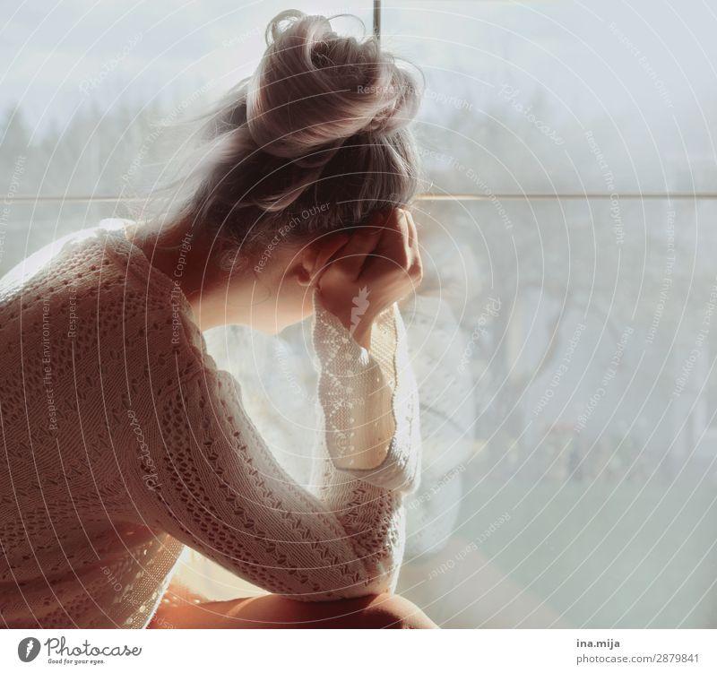 Ruhige Minute Mensch feminin Junge Frau Jugendliche Erwachsene Mutter Leben 1 18-30 Jahre 30-45 Jahre Mode Pullover Haare & Frisuren blond Dutt Wuschelkopf