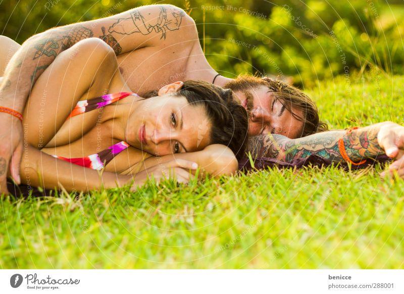 zweifeln Mann Frau Paar Liebespaar liegen Wiese Müdigkeit Denken nachdenklich Frustration Zusammensein Partnerschaft Bikini Traurigkeit Sommer Gras träumen