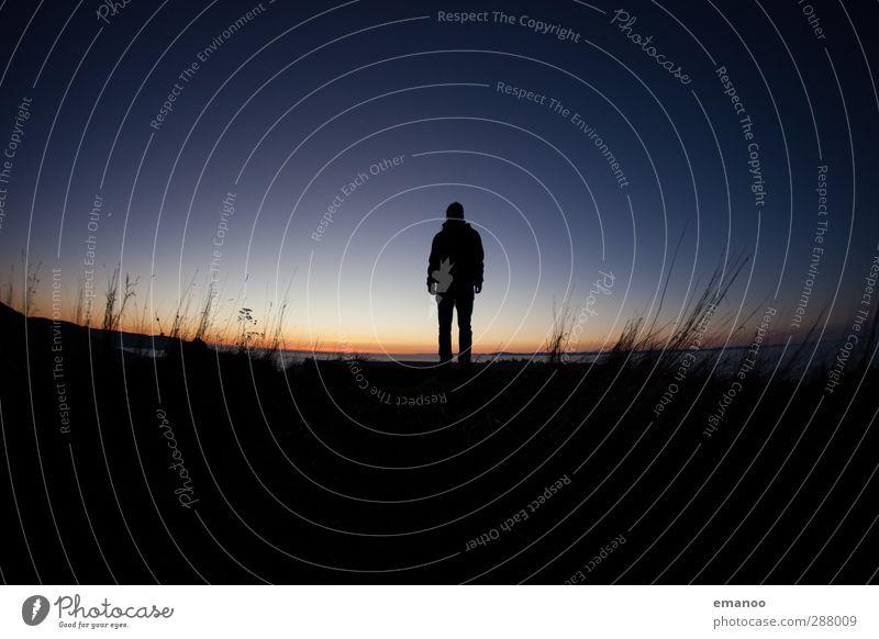 alone Mensch Himmel Natur Mann blau Ferien & Urlaub & Reisen Einsamkeit Landschaft Erholung Erwachsene Ferne Umwelt dunkel Berge u. Gebirge Gras oben