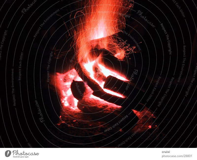 feueralarm Grillen Glut rot schwarz Nacht Brand Feuerstelle