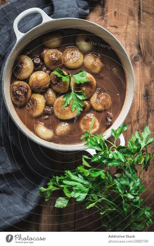 Boeuf Bourgingnon im Kochtopf auf dem Tisch Rindfleisch Speise Pilz Eintopf Petersilie Lebensmittel Fleisch Abendessen Möhre Mahlzeit gebastelt Burgund