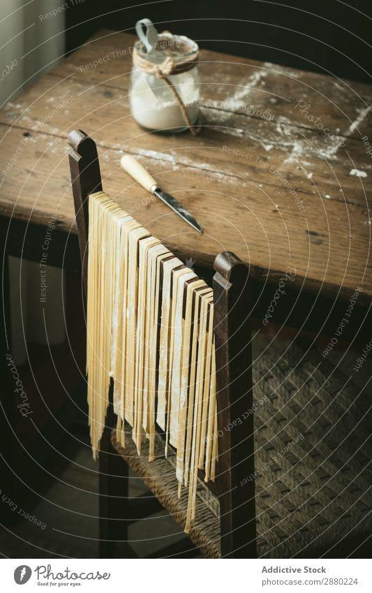 Frische Pasta am Stuhl hängend Spätzle frisch roh Italienisch Lebensmittel Essen zubereiten Tradition erhängen Trocknung Mehl gebastelt Mahlzeit Gesundheit