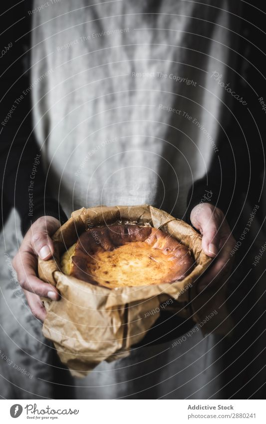 Hände halten Käsekuchen Kuchen rustikal süß Lebensmittel lecker backen Dessert Teller ländlich Schürze Koch Backwaren gebastelt frisch geschmackvoll Bäckerei