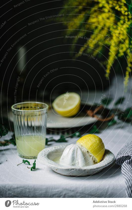 Presse und Zitrone bei einem Glas Saft Kompressor Gesundheit Frucht Lebensmittel Zitrusfrüchte frisch gelb Limonade trinken reif Getränk Entsafter Ernährung