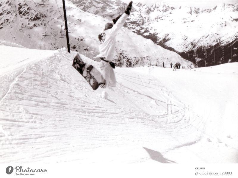 Hepp weiß Berge u. Gebirge Schnee Sport springen hoch Schönes Wetter Fitness Körperhaltung abwärts Österreich Schneelandschaft Snowboard Winterurlaub talentiert Skipiste