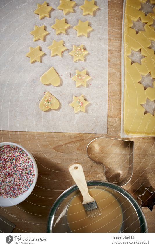 Weihnachtsbäckerei Plätzchen Weihnachten & Advent Freude Glück Herz Tisch Ernährung genießen Süßwaren Duft Bioprodukte Pinsel Backwaren Teigwaren Plätzchen Bäckerei Eigelb