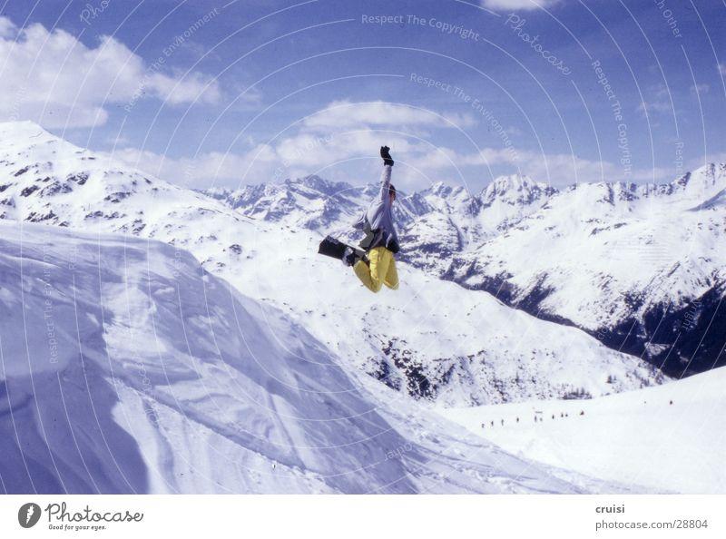 Air Winter gelb Sport fliegen springen verrückt hoch fantastisch Körperhaltung Schneebedeckte Gipfel Hose Skigebiet Schneelandschaft Snowboard Trick Freestyle