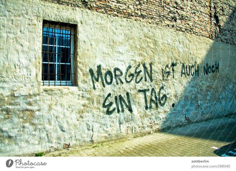 Morgen ist auch noch ein Tag. Stadt Stadtzentrum Haus Bauwerk Gebäude Architektur Mauer Wand Fassade Fenster Schriftzeichen Hinweisschild Warnschild gut schön