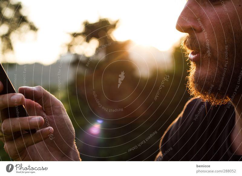 Kommunikationsproblem Mann Mensch Telefon Telefongespräch Handy Wiese Park Sommer Bank Parkbank sitzen lachen Freude Jugendliche Junger Mann Bart Tattoo