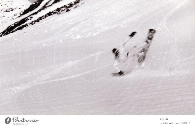Sturz Teil1 Tiefschnee Winterurlaub Snowboard St. Jakob Österreich Sport Schnee Schwarzweißfoto fantastisch Missgeschick fallen abwärts Geschwindigkeit
