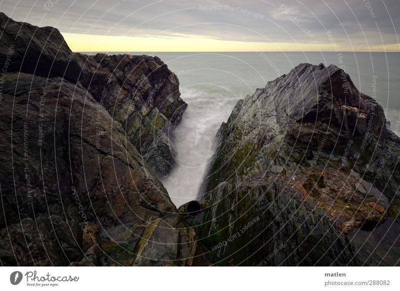 tube Landschaft Himmel Wolken Horizont Sonnenlicht Winter Wetter Felsen Schlucht Küste Meer blau braun grau glitschig Welle Röhren Gedeckte Farben Außenaufnahme