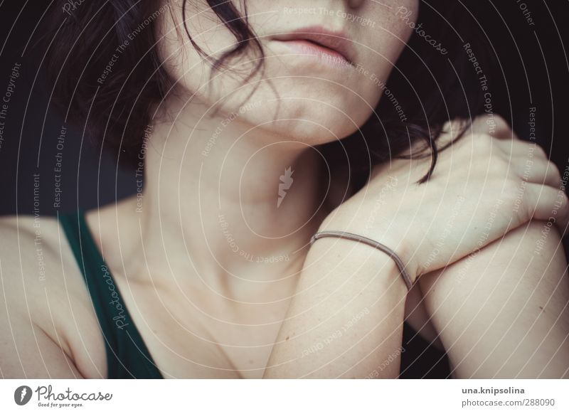 das ende verdreht, was der anfang versprach feminin Frau Erwachsene Gesicht Mund Hand 1 Mensch 18-30 Jahre Jugendliche brünett Locken Denken festhalten träumen